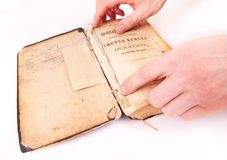 Libro viejo y manos Imagen de archivo