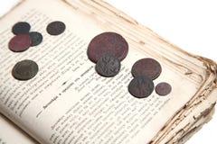 Libro viejo y monedas Imágenes de archivo libres de regalías