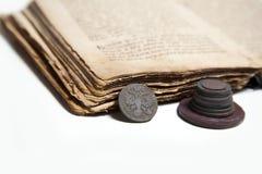 Libro viejo y monedas Imagen de archivo libre de regalías