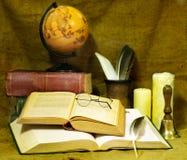 Libro viejo y vela de la pila. Fotos de archivo