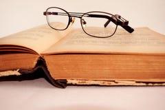 Libro viejo y vidrios en el fondo blanco foto de archivo libre de regalías