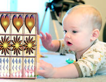 Libro y bebé Foto de archivo