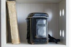 Libro y cámara del vintage Fotos de archivo