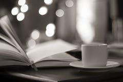 Libro y café con el fondo mágico del bokeh Fotografía de archivo libre de regalías