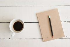 Libro y café en la madera blanca Imagenes de archivo