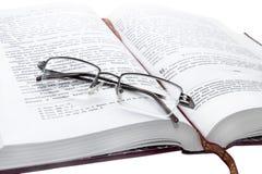 Libro y gafas Imagen de archivo