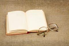 Libro y gafas antiguos Foto de archivo libre de regalías