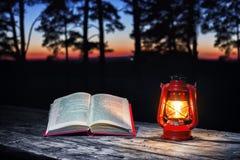 Libro y lámpara Imágenes de archivo libres de regalías