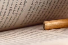 Libro y lápiz Imágenes de archivo libres de regalías