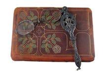 Libro y lorgnette de cuero Imágenes de archivo libres de regalías