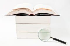 Libro y lupa Fotos de archivo libres de regalías