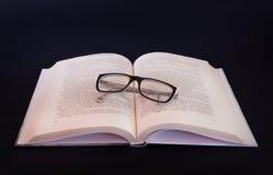 Libro y manzana en la tabla en blanco Imagen de archivo libre de regalías