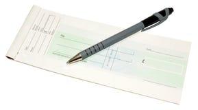 Libro y pluma de cheque Fotos de archivo libres de regalías
