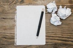 Libro y pluma de ejercicio en la tabla Imagen de archivo libre de regalías