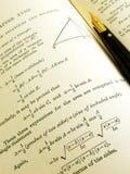 Libro y pluma de la matemáticas Imagenes de archivo