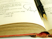 Libro y pluma de la matemáticas imagen de archivo libre de regalías