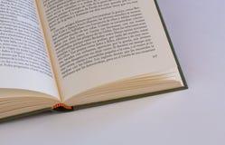 Libro y texto abiertos foto de archivo libre de regalías