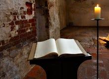 Libro y vela imagen de archivo