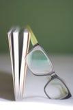 Libro y vidrios Fotografía de archivo