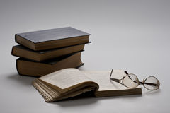Libro y vidrios abiertos Imágenes de archivo libres de regalías