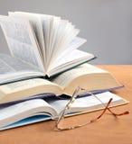 Libro y vidrios de la educación Foto de archivo libre de regalías