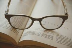 Libro y vidrios Estilo de la vendimia Fotos de archivo libres de regalías