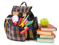 Libros, accesorios de la escuela y una mochila Foto de archivo