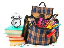 Libros, accesorios de la escuela y una mochila Fotos de archivo