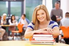 Libros adolescentes femeninos de In Classroom With del estudiante imagen de archivo libre de regalías