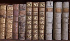 Libros antiguos en el estante Fotos de archivo libres de regalías