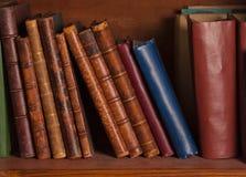 Libros antiguos en estante fotos de archivo