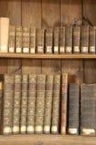 Libros antiguos en estantes Fotos de archivo libres de regalías