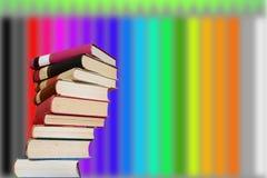 Libros apilados con un fondo de lápices coloreados Imagen de archivo