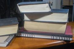Libros apilados delante de la chimenea Foto de archivo libre de regalías
