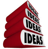 Libros apilados - la inspiración de las ideas viene de la lectura Imagenes de archivo