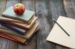 Libros, Apple y cuaderno Fotos de archivo libres de regalías