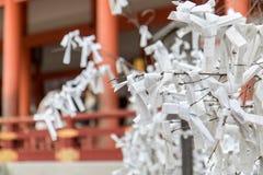 Libros Blanco con rezos atados en una rama de un árbol Fotografía de archivo