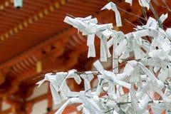 Libros Blanco con rezos en árbol Foto de archivo libre de regalías