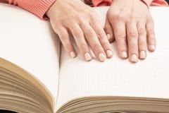 Libros Braille El tacto de sus yemas del dedo la textura del p Foto de archivo