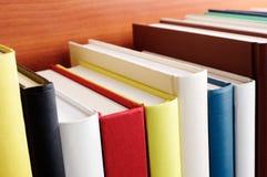 Libros Ciérrese para arriba del estante Foto de archivo libre de regalías