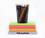 Libros coloreados de la educación con los lápices coloreados Foto de archivo libre de regalías