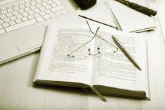Libros, computadora portátil y espec. Imagen de archivo