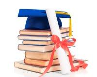 Libros con el casquillo y el diploma de la graduación Fotografía de archivo libre de regalías