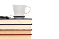 Libros con el casquillo y la pluma Fotografía de archivo libre de regalías
