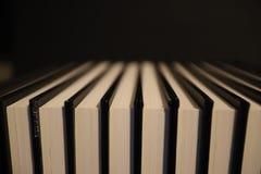 Libros con la cubierta negra en un fondo negro imagenes de archivo