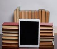 Libros con la tableta imagen de archivo libre de regalías