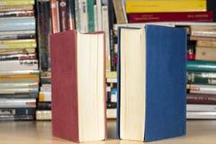 Libros con las cubiertas azules y del rojo imagenes de archivo