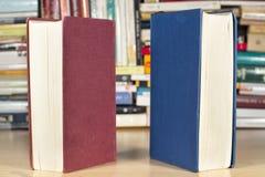 Libros con las cubiertas rojas y del azul fotografía de archivo libre de regalías