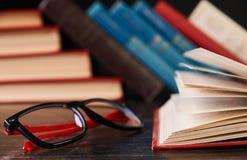Libros con los libros y los vidrios Foto de archivo