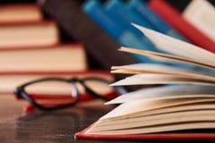 Libros con los libros y los vidrios Imágenes de archivo libres de regalías